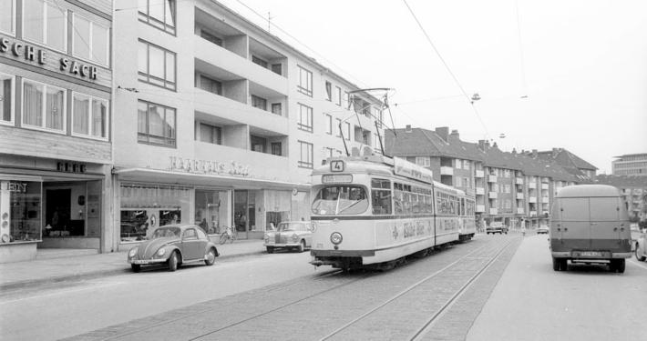 Historische Aufnahme: Die Straßenbahn Linie 4 in der Brunswiker Straße.