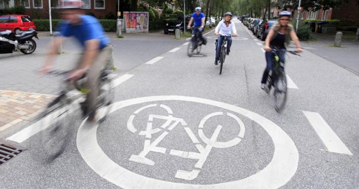 Radfahrende auf einer Fahrradstraße in Kiel