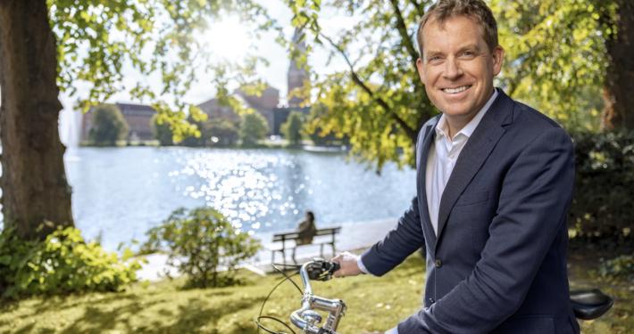Oberbürgermeister Ulf Kämpfer blickt in die Kamera