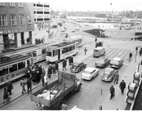 Die Straßenbahnhaltestelle Holstenbrücke im Jahr 1962 mit Blick auf den Bootshafen.