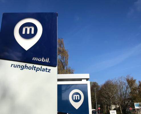 Hinweisschild einer Mobilitätsstation am Rungholtplatz.