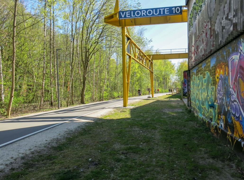 Die Veloroute 10 zwischen den Überresten der Gütergleise West und den dortigen Industriehallen.