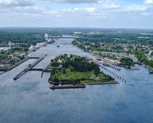 Blick aus der Luft auf die Schleuse des NOK in Kiel.