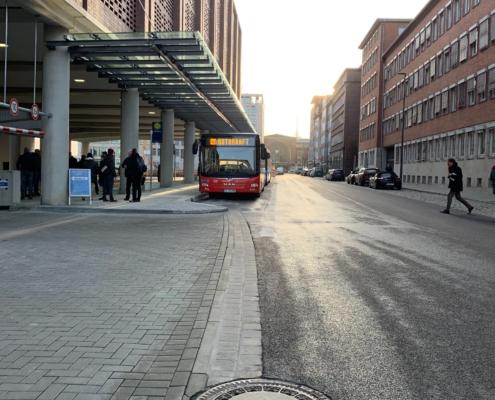 Ein Bus der Autokraft steht am Gleis des Kieler ZOB
