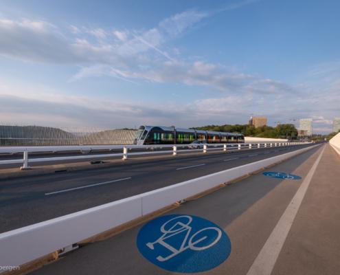 Eine Luxtram am Morgen auf der Pont Rouge in Luxemburg