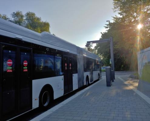 Ein E-Bus der KVG lädt am Abend.