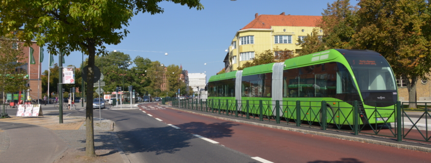 Ein BRT MalmöExpressen ist bei gutem Wetter und auf eigener Trasse in Malmö unterwegs.