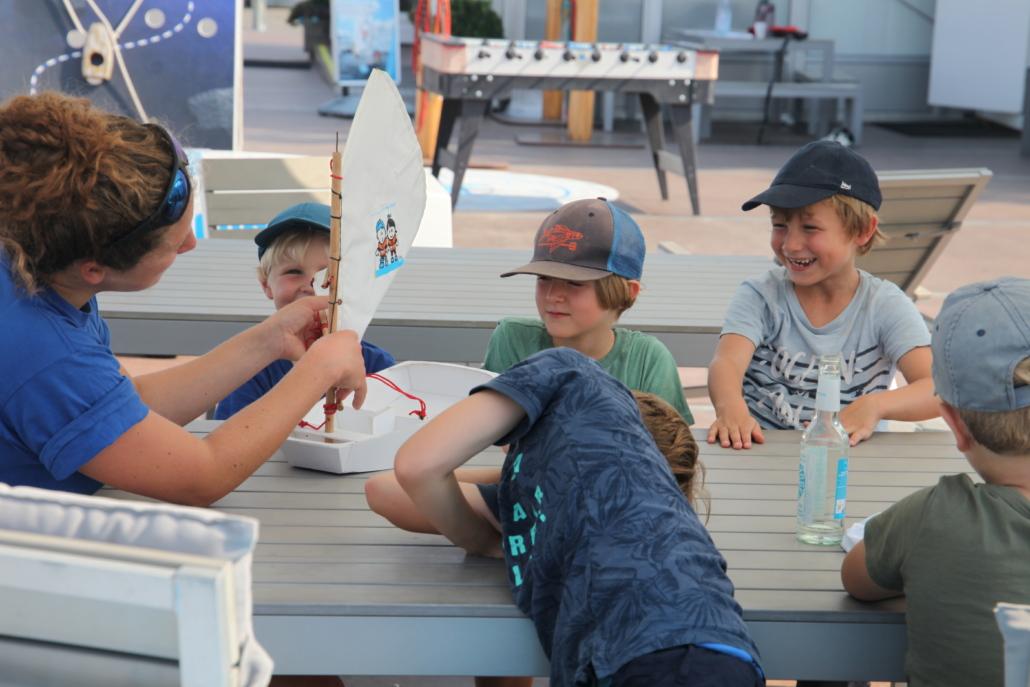 Mehrere Kinder haben Spaß beim Lernen der Segel-Theorie.