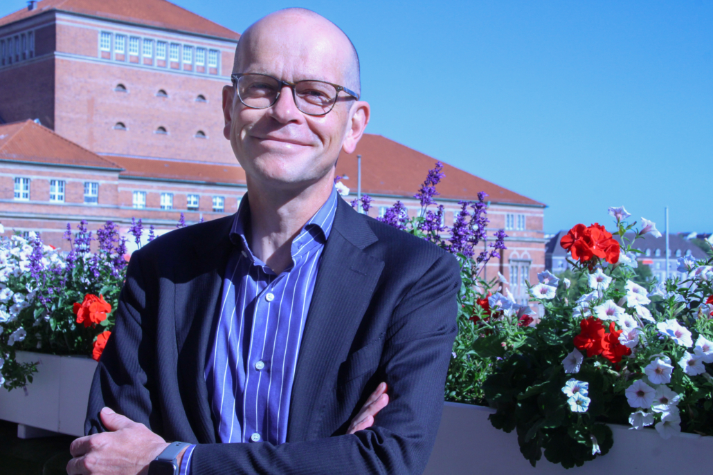 Helge Dorstewitz auf dem Balkon des Kieler Rathauses