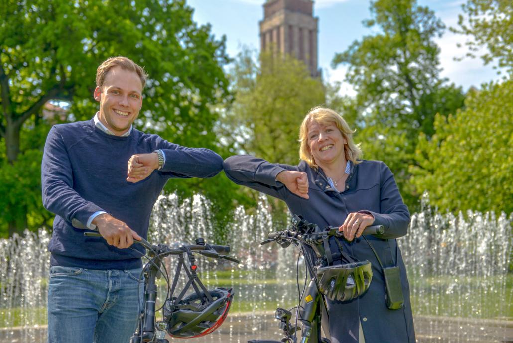 Sportamtsleiter Philip Schüller und Pressesprecherin Kerstin Graupner freuen sich im Kieler Hiroshima-Park auf das Stadtradeln 2021