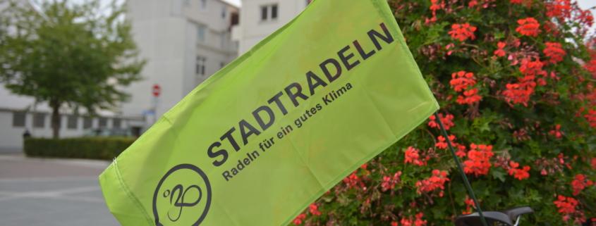 Eine Fahne von Stadtradeln auf dem Kieler Schlossplatz